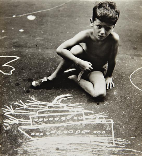 Foto de In the Street: Chalk Drawings and Messages New York City 1938-1948